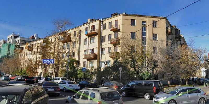 В цьому будинку (Москва, вул. Погодінська, 2/3, будівля 1) М. С. Грушевський жив у 1931 – 1934 роках під час вимушеного від'їзду з Києва.